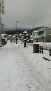出水駅前も雪景色