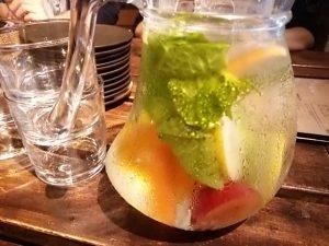 水には野菜や果物が。