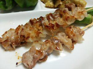 薄切り豚肉の串焼き